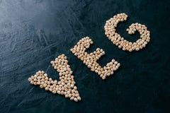 Naturalny karmowy sk?adnik Chickpea kształtował w listowym veg na ciemnym tle Życiorys dokrętek ziarna Organicznie garbanzo susi  zdjęcie royalty free