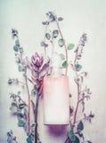 Naturalny kosmetyczny produkt w butelce z ziele odgórny widok i kwiatami, kopii przestrzeń Zdrowa skóra, ciała piękno lub opieka  Zdjęcie Royalty Free
