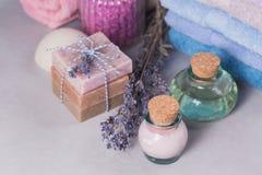 Naturalny kosmetyka olej, śmietanka, morze sól i naturalny handmade mydło, Fotografia Stock