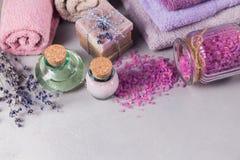 Naturalny kosmetyka olej, śmietanka, morze sól i naturalny handmade mydło, Fotografia Royalty Free