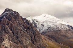 Naturalny krajobraz majestatyczne góry zakrywać w śniegu zdjęcie royalty free