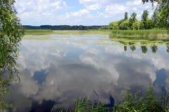 Naturalny krajobraz z rzeką, jezioro, odbicie lub chmurny niebo, Zdjęcia Royalty Free