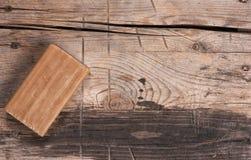 Naturalny organicznie brązu mydła bar na drewnianym tle obrazy royalty free