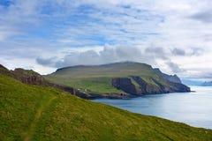 Naturalny piękno Mykines, Faroe wyspy: zieleń i błękit Obraz Stock