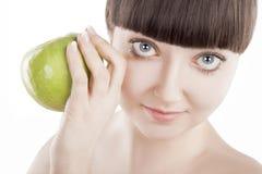 Naturalny piękno - piękna kobieta z zielonym jabłkiem - (serie) Obraz Royalty Free