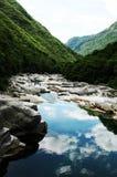 Naturalny piękno: Verzasca dolinna rzeka w kantonie Ticino fotografia royalty free