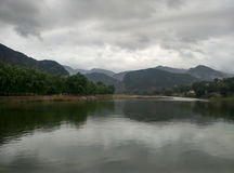 Naturalny piękno jeziora i góry Obraz Royalty Free