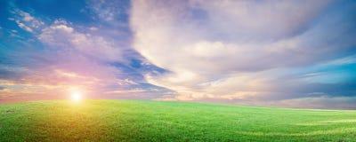 Naturalny pole krajobraz, niebo i chmury, fotografia royalty free
