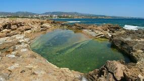 Naturalny rezerwuar z jasną wodą przy koral zatoki plażą Obraz Royalty Free