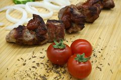 Naturalny shish kebab z pomidorami, cebule zdjęcie stock