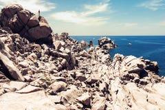 Naturalny skały wybrzeża krajobraz z małą ludzką postacią fotografia royalty free