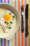 Naturalny smażący jajko na starej smaży niecce z starym nożem dla i Obrazy Royalty Free