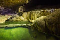 Naturalny speleothem, kaskady jeziora i siklawy w Nizhneshakuranskaya, zawalamy się Zdjęcia Royalty Free