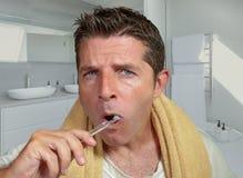 Naturalny styl ?ycia portret m?oda atrakcyjna i szcz??liwa Kaukaska m??czyzna ?azienka myje jego z?b z toothbrush patrze? w domu obraz royalty free