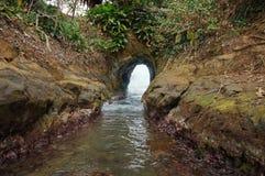 Naturalny tunel kopiący morzem macha Costa Rica obrazy royalty free
