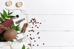 Naturalny zdrój ustawiający z świeczkami, kawowymi fasolami, cynamonem, morze solą, olejem, brown ręcznikiem, koksem i zieleń liś obraz royalty free