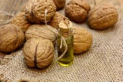 Naturalny zdroju kosmetyka olej, istotni masaży oleje od dokrętka orzechów włoskich, obraz stock