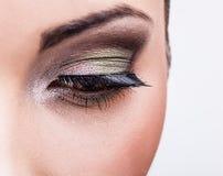 Naturalny zdrowia piękno kobiety twarz. Zakończeń zielonych oczu makijaż. zdjęcie stock