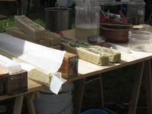 Naturalny ziołowy mydlanego robić proces, handmade kosmetyczny produkcji mydło obrazy stock