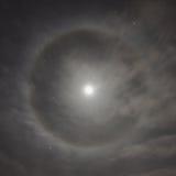 Naturalny zjawisko w nocnym niebie Księżyc halo Obrazy Stock
