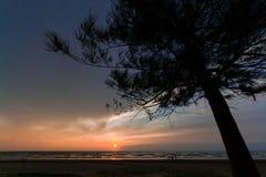 Naturalny zmierzch lub wschód słońca z kamieniem jako przedpole zdjęcie stock