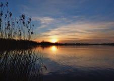 Naturalny zmierzchu wschód słońca Nad jeziorem, wodą/ obraz royalty free