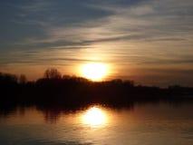 Naturalny zmierzchu wschód słońca Nad jeziorem, wodą/ obraz stock