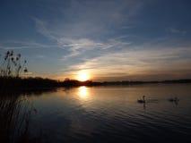 Naturalny zmierzchu wschód słońca Nad jeziorem, wodą/ fotografia stock