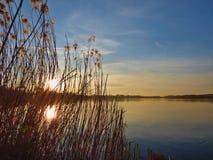 Naturalny zmierzchu wschód słońca Nad jeziorem, wodą/ zdjęcia stock