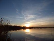 Naturalny zmierzchu wschód słońca Nad jeziorem, wodą/ zdjęcie stock