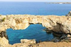 Naturalrock-Brücke im Mittelmeer lizenzfreies stockbild