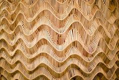 Naturbakgrund av den bruna surfaen för bambu för hemslöjdvävtextur Royaltyfria Bilder