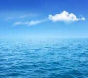 Naturbakgrund med det blåa havet och blå himmel med moln Arkivfoton