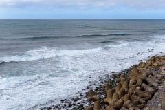 Naturbakgrund med kiselstenar på kusten av madeiraön Royaltyfri Foto