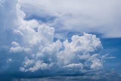 Naturbakgrund, vita moln i den blåa himlen arkivbild