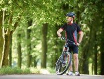 Nature admirative de cycliste en parc vert Image stock