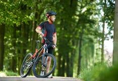 Nature admirative de cycliste en parc vert Photos libres de droits