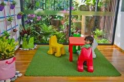 Nature amicale se reposante de salle de séjour d'eco de garçon Photos libres de droits