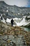 Nature canadienne - équipez le siluette, qui explore des montagnes Photos stock