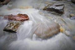 Nature canadienne - rivière de montagne dans le mouvement lent Photos stock