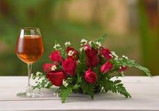 Nature de Brandy Wine Glass Rose Background Photos libres de droits