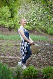 Nature de jardinage d'extérieur de femme au printemps Image stock