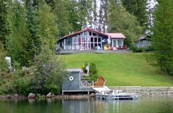Nature de maison de lac scénique photos libres de droits