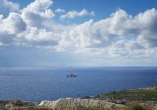 Nature de Malte, de Malte, falaises de Malte, baie de Tuffieha, paysage maltais avec la mer bleue, ciel clair et fond vert de roc Image stock