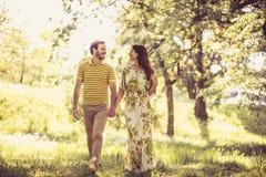 Nature de marche de cuvette Couples dans l'amour Images libres de droits