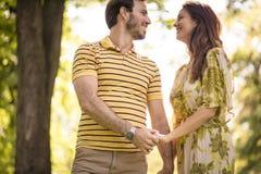 Nature de marche de cuvette Couples dans l'amour Image stock
