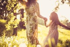 Nature de marche Mère et fille Photos stock