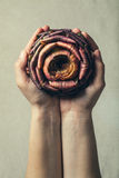 Nature de offre Deux mains et un artichaut ont monté Photographie stock