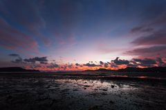Nature de paysage marin de paysage au crépuscule et roche avec le drame coloré Photo libre de droits