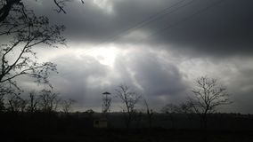 Nature de soirée avec les nuages foncés Images stock
